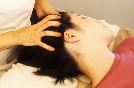 横向きヘッドスパで側頭筋もほぐす
