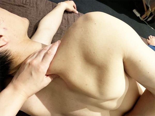肩甲骨の掴み方